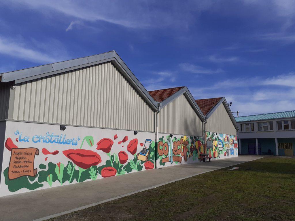 Fresque colorée sur le mur des bâtiments de la Cristallerie
